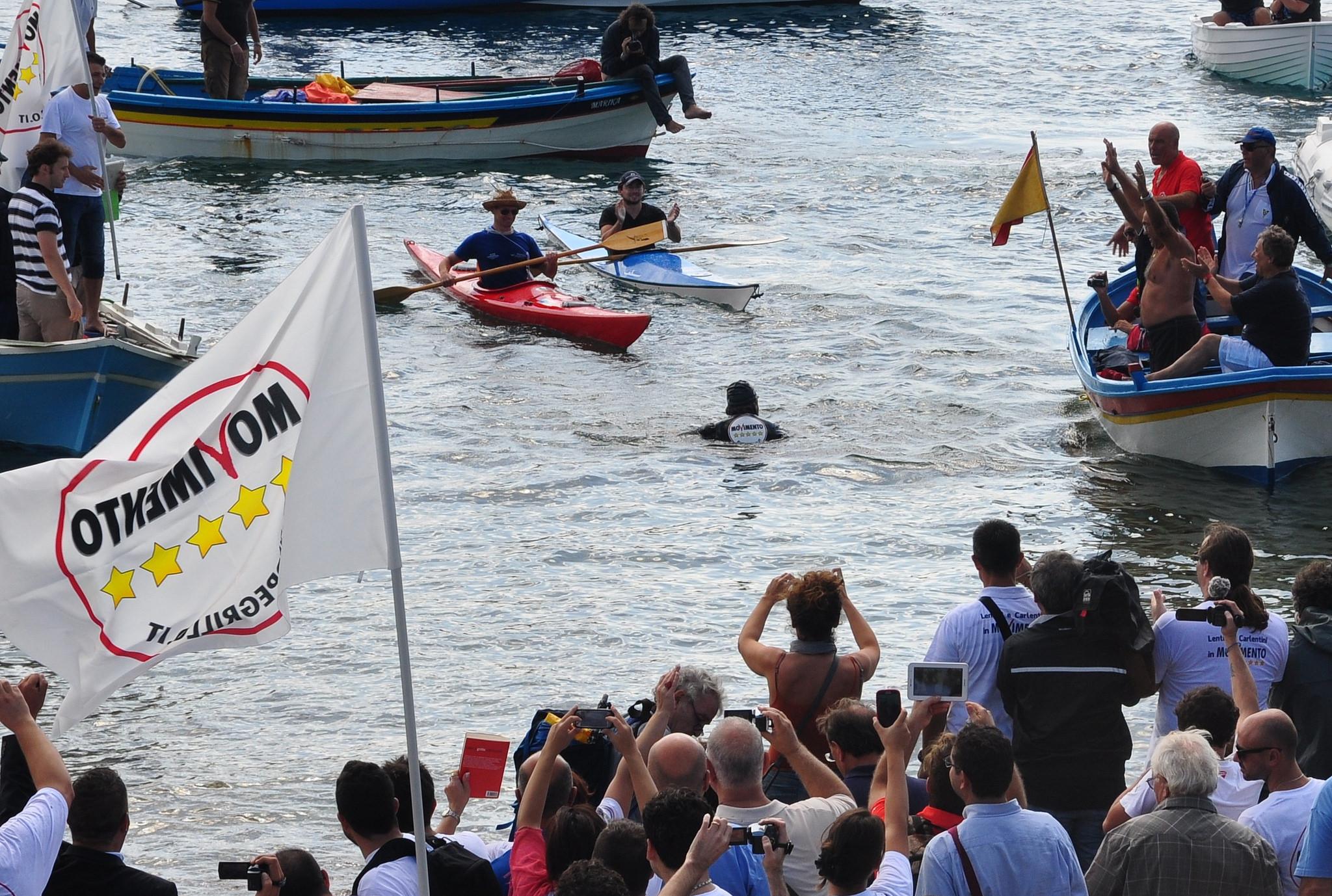 Beppe Grillo mentre attraversa a nuoto lo stretto di Messina nel 2012. Foto da Flickr/ pasere