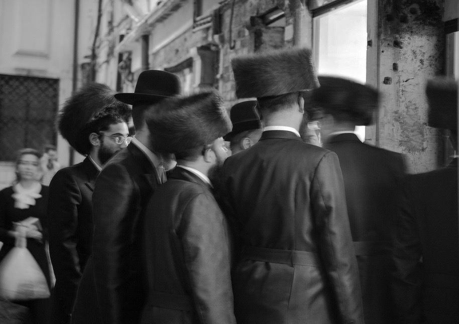 "Partecipanti alla cerimonia di Shabbat della Comunità Chabad-Lubavitch verso la cena sabbatica / © Ferdinando Scianna / Magnum Photos Tre pietre d'inciampo. Così vengono chiamate delle mattonelle in ottone che si incontrano davanti all'ultima residenza nota dei deportati. Nella pavimentazione del Ghetto sono incise memorie dei terribili destini delle persone che rastrellate dai nazisti nella Seconda guerra mondiale conclusero la loro tragica vita nei forni del campo di sterminio di Auschwitz / Three stolpersteins or ""stumbling stones."" This is the name given to the brass plates located in front of the lastknown residence of deportees. Set in the paving of the Ghetto, they commemorate the terrible fate met by the people who were rounded up by the Nazis during the Second World War and who ended their tragic lives in the gas chambers of the Auschwitz death camp © Ferdinando Scianna / Magnum Photos 10. Signore vestite a festa per Shabbat / Women dressed up for Shabbat © Ferdinando Scianna / Magnum Photos"
